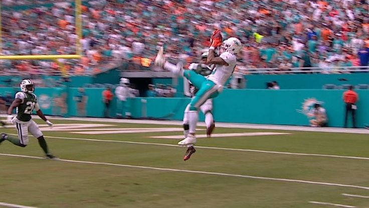 Kenny Stills juggles the pass from Jay Cutler while falling down to make a great catch deep in Jets' territory.
