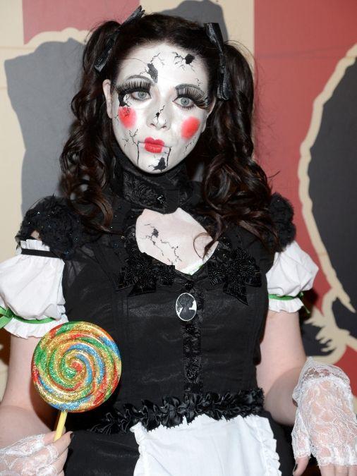 Michelle Trachtenberg disfrazada de muñeca diabólica