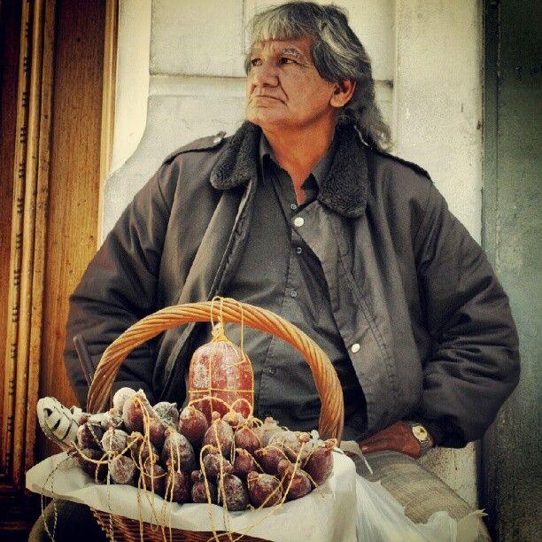 Vendedor de quesos y salames, en Boedo.
