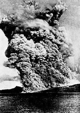 Éruption de la montagne Pelée du 8 mai 1902 .(total destruction of Saint-Pierre in 1902 by a volcanic eruption)