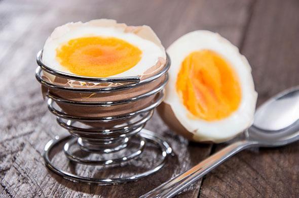 Äggfrukost (innehåller 432 kcal) 1 kokt ägg, 1 msk kaviar  1 stor apelsin i klyftor  2 grovt rågbröd (30 gram/skiva) med 1 tsk margarin, 2 msk leverpastej, 2 skivor tomater (gör en dubbelmacka) 1 te eller kaffe