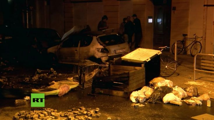 In der Nacht zu Freitag ist es im Berliner Problembereich der Rigaer Straße erneut zu schweren Ausschreitungen gekommen. Unbekannte Angreifer errichteten Feuer-Barrikaden aus Mülleimern. Mindestens drei geparkte Fahrzeuge brannten aus. Anwohner riefen die Polizei, weil etwa 40 bis 60 vermummte Personen Gegenstände auf die Straße schleppten, ein Feuer legten und lautstark Musik abspielten. Eine Polizei-Hundertschaft rückte an. Auch ein Hubschrauber kam zum Einsatz.