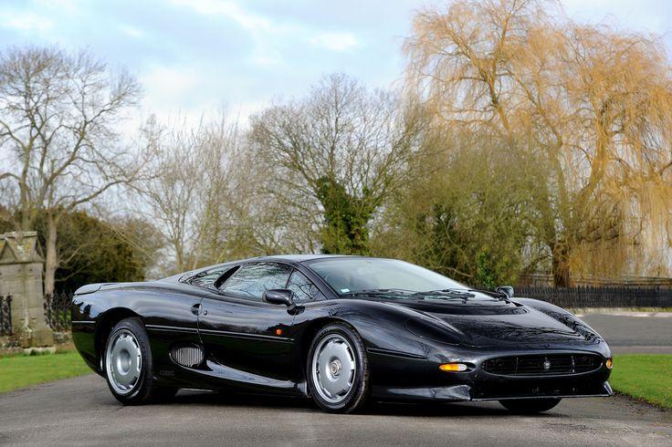 Les années 1980 ont connu une véritable frénésie dans le monde des supercars : alors que Porsche 959 et Ferrari F40 se disputaient le trône, Jaguar annonçait la XJ220 en 1988 : un engin exceptionnel, avec un V12 en guise de propulseur. 1500 clients avaient déposé un acompte. Au final, à sa sortie en 1992, […]