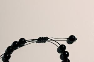 do adjustable knot for Sarah's little bracelets that she wants........... Style Bracelet tutorial with adjustable knot (Yasmin Cruz's blog)