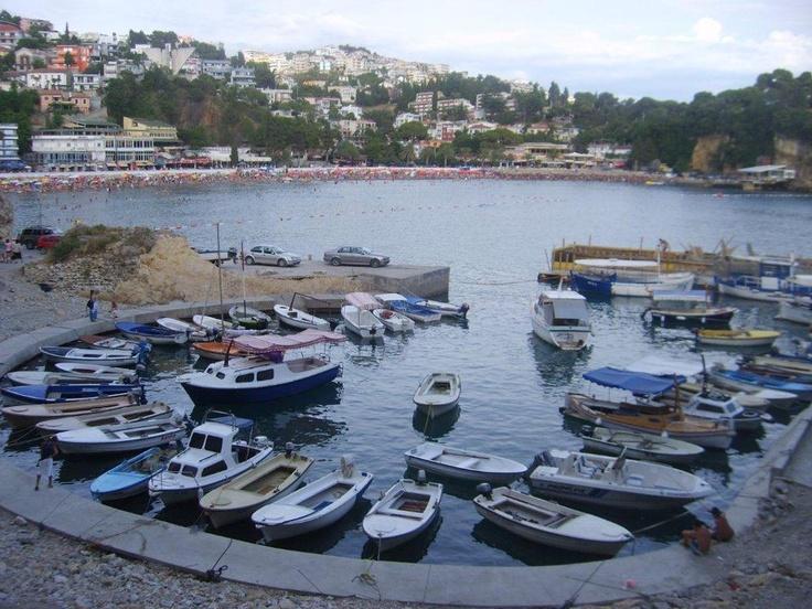 Özellikle müslüman asıllı kesimin yaşadığı bölge Karadağ'ın Arnavutluğa yakın en yakın güney ucu. Şehre tepeden bir yol ile ulaşıyorsunuz... daha fazla bilgi ve footoğraf için; http://www.geziyorum.net/karadag-montenegro-gezisi-ulcinj/
