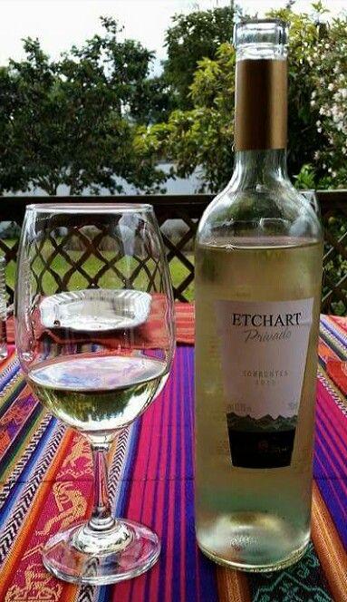 Etchart Torrontes - Color amarillo pálido tiene un bouquet floral a rosas y jazmin, frutal a durazno y uva. Delicado, buena estructura.
