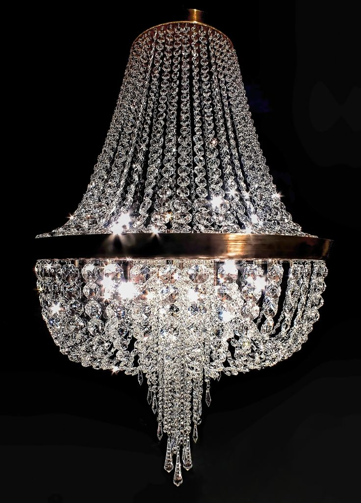 Pendente Riviera, em latão com acabamento envelhecido brilho, de 65cm de diâmetro x 1,00m de altura, com cristais egípcios ASFOUR (30% PbO). Na ponta, leva 03 cristais Spin Drop SWAROVSKI ELEMENTS (Áustria). #lustre #pendente #chandelier #pendentedecristal