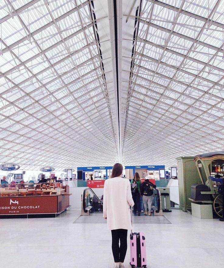 Долгие перелеты так выматывают....  А это огромный парижский Шарль Де Голль) тут между терминалами ходят поезда) так что однажды я тут чуть не опоздала на рейс  by i_love_inspire