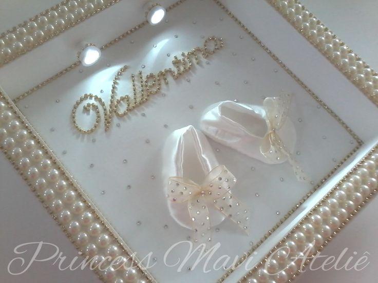 Sofisticação, elegância e bom gosto. Aplicações de chatons de meia pérolas, strass e cristais deixam o quadro charmoso. Quadro em MDF, moldura com aplicação de strass e chatons de meia pérolas. Fundo do quadro com cristais svarovski. Sapatilha em cetim, disponível nas cores: branca, marfim, dourada, lilas, rose, rosa. Nome em strass. Iluminação com 2 lâmpadas de LED permite que o quadro seja utilizado com abajour durante a noite. <br>Produto funciona com 2 pilhas AA - inclusas no produto.
