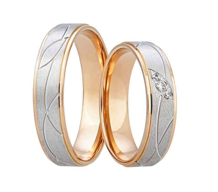 Prsteny, které Vám učarují. Okouzlující kombinace bílého a červeného zlata je u dámského kroužku doplněna třemi kameny, fasovanými do ozdobného lístku.