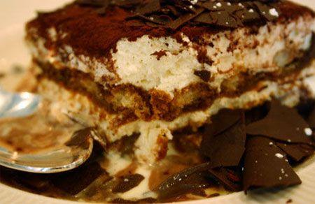 Tiramisú  Ingredientes:     250 gramos de queso mascarpone o queso crema.   1 cucharadita de extracto de vainilla.   3 cucharadas de brandy (opcional).   150 mililitros de café muy fuerte a temperatura ambiente.   150 mililitros de crema de leche.   4 cucharadas de azúcar en polvo.   16 galletas lengua de gato, dedo de dama, o dedo de señora.   3 cucharadas de cacao en polvo.   1 barra de chocolate amargo.