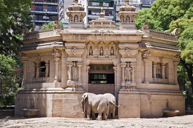 Zoo de la ciudad de Buenos Aires: elefantes en el templo hindú. Los antiguos edificios fueron construidos en un estilo acorde con el país de donde provenían los animales que los habitaban.