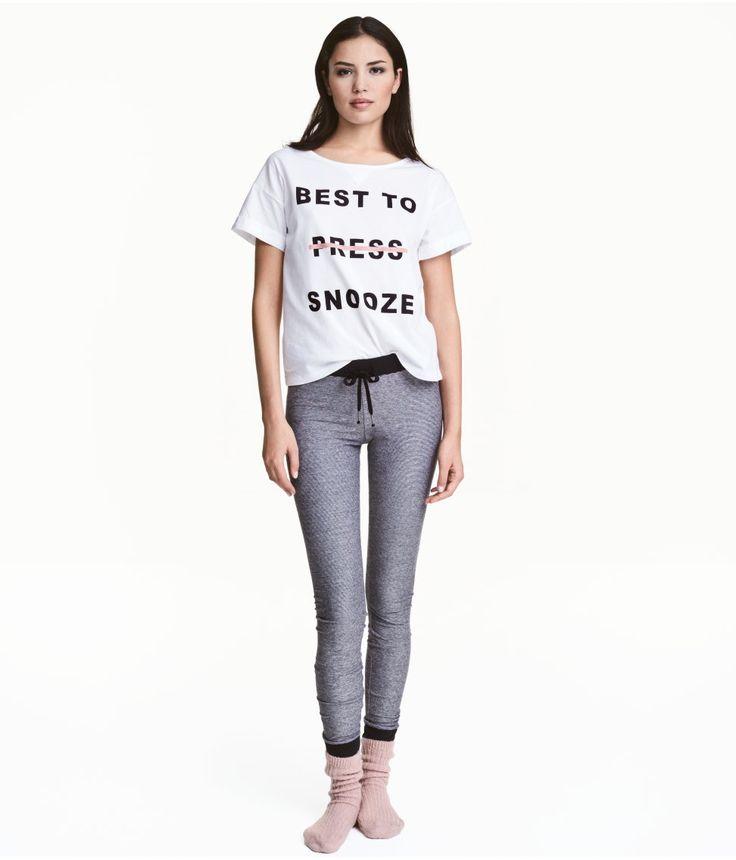 Check this out! Natsæt i blød bomuldsjersey med tryk. T-shirt med vid halsudskæring og fastsyet opslag forneden på ærmerne. Leggings med elastik og snøre i taljen og ribkant forneden på benene. – Gå ind på hm.com for at se mere.