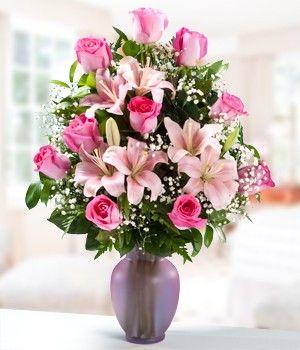 Buscando flores para Mamá? Este hermoso arreglo de rosas y lirios es ideal para regalar a Mamá en su día. Contiene 10 Rosas Rosadas y 3 Ramas de Lirios Rosados finamente arreglados en un florero de cristal.