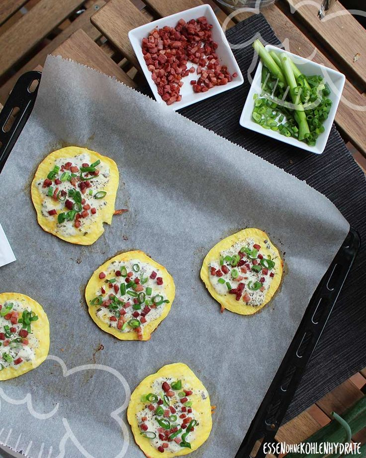 Low Carb Rezept fürleckere kleine Low-Carb Mini-Flammkuchen. Wenig Kohlenhydrate…