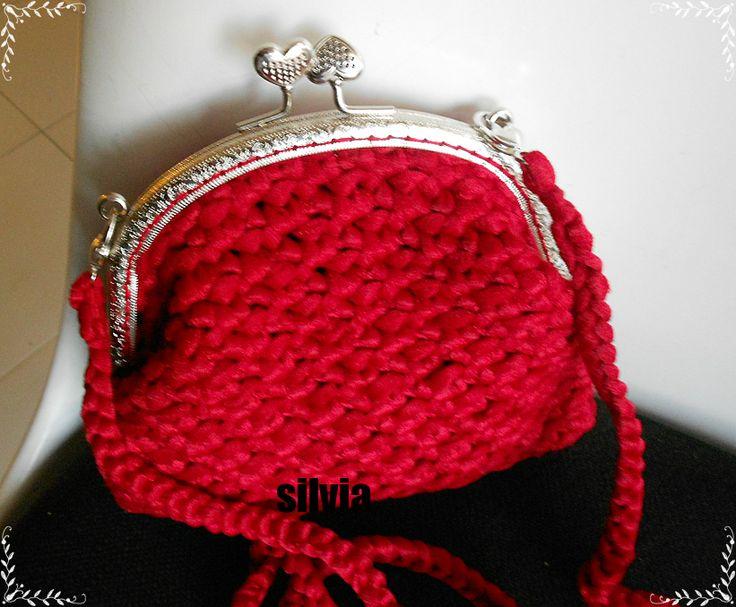 borsetta rosso rubino, con chiusura click clack, e tracollina sganciabile