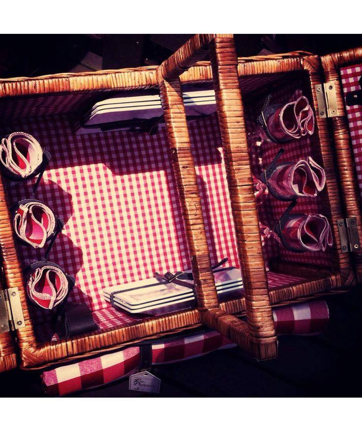 Canasta 6 Puestos Rojo - Incluye: 6 platos, 6 tenedores, 6 cuchillos, 1 sacacorcho, 6 servilletas de tela, 1 mantel y 6 copas. $560.000 COP (Envío gratis). Cómprala aquí--> https://www.dekosas.com/productos/le-panier-canasta-picnik-6-puestos-roja-detalle