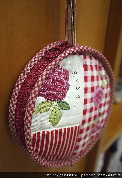 做了一個袋子剩下了零散布料 看到漂亮的玫瑰花圈圖案,想想,利用花圈圖案作個圓形拉鍊包好了 就這樣,把剩下的布料湊一湊,找一條之前庫存的拉鍊 漂亮可愛的圓形零錢包就誕生囉! 分享作法給大家,手縫也OK~