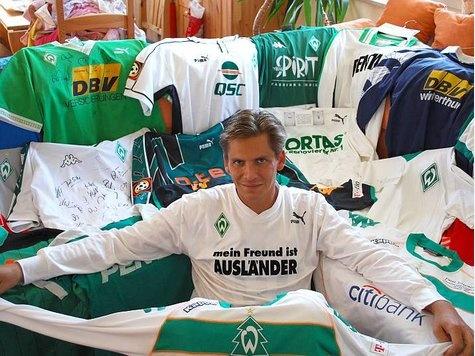 Nils Raue aus Oldenburg besitzt mit 550 Shirts die größte Werder-Bremen-Trikot-Sammlung der Welt | Niedersachsen