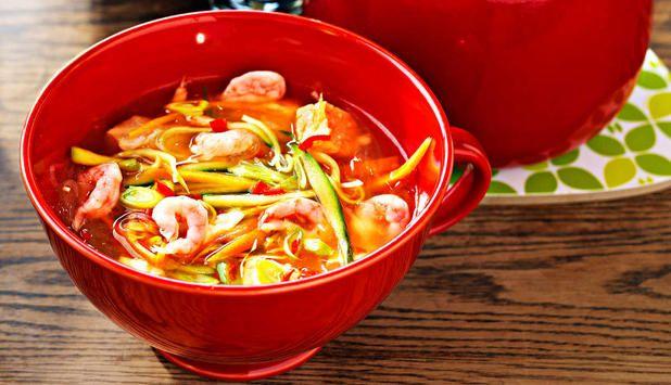 En god suppe som er lett å lage. I denne oppskriften kombineres laks, torsk og reker med eksotiske kryddergrønnsaker. #fisk #oppskrift