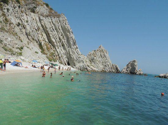 Immagine di Spiaggia Delle Due Sorelle, Sirolo: Spiaggia Delle Due Sorelle - Guarda i 1.496 video e foto amatoriali dei membri di TripAdvisor su Spiaggia Delle Due Sorelle.