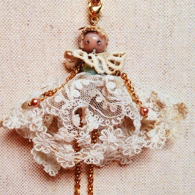 Collana con ciondolo bambolina ,vestito realizzato con pizzo antico. By Batterfly Firenze