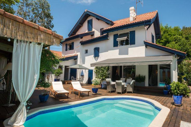 Biarritz, à vendre maison néo-basque construite dans les années 1930. Orientée sud-ouest, elle dispose de beaux volumes avec belle hauteur sous plafond. Le jardin offre une vaste terrasse en bois, une piscine et un pool house. Garage fermé.