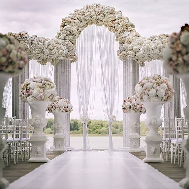Ohhh!! This majestic and elegant ceremonial arch makes our heart skip a beat. Event designer @shackirovajulia created a true inspiration with this white wedding day. Organizer: @dlyadvoih and decor by @shakirova_studio. #svadebnyydekor #wedding #weddingde