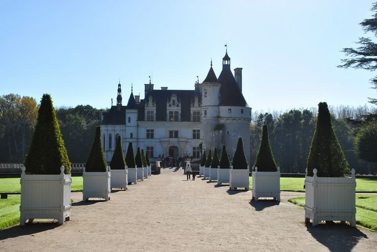 The chateau de chenonceau looked beautiful in the autumn sun.  The pristine gardens are a perfect setting for the turreted castle.