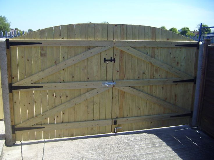 Build your own wooden driveway gate woodworking projects for Wood driveway gate plans
