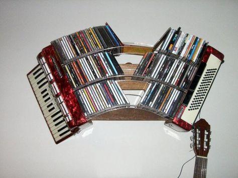 Accordian CD shelf (Eine Idee, ein ausrangiertes Akkordeon als CD-Regal zu verwenden. Aus einer Sammlung polnischer Designideen mit unkonventionellen Verwendungsmöglichkeiten diverser Objekte. Stichworte:)