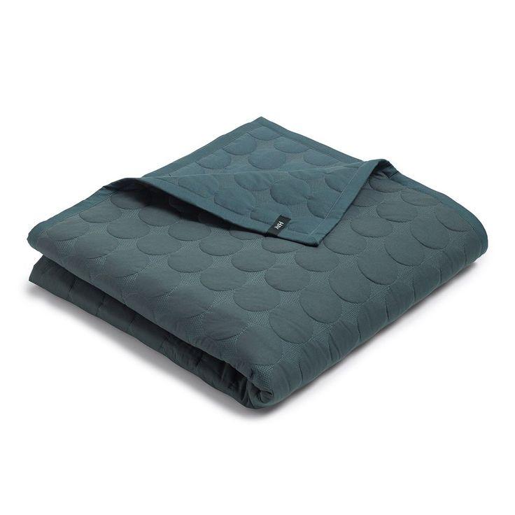 Mega Dot från HAY är ett härligt överkast i bomull med vaddering av polyester. Finns i flera olika färger och två olika storlekar, för enkel- resp. dubbelsäng. Denna storlek är för dubbelsäng.