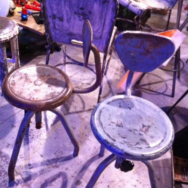 Coppia di sgabelli in ferro trovati in una vecchia officina