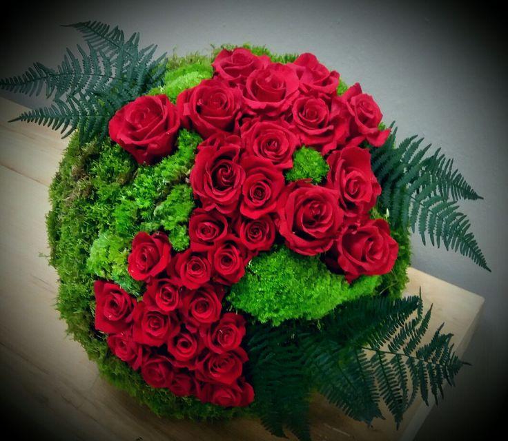 Sfera Maxi con rose rosse stabilizzate, muschio, felci