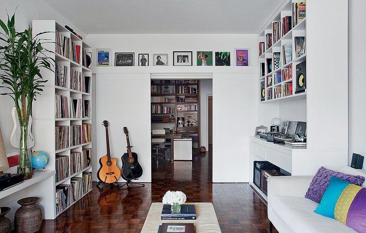 A marcenaria branca tem objetivo claro no projeto da designer de interiores Marina Teixeira: expor os instrumentos musicais e discos do morador. Com a base clara, fica mais fácil organizar tantos elementos