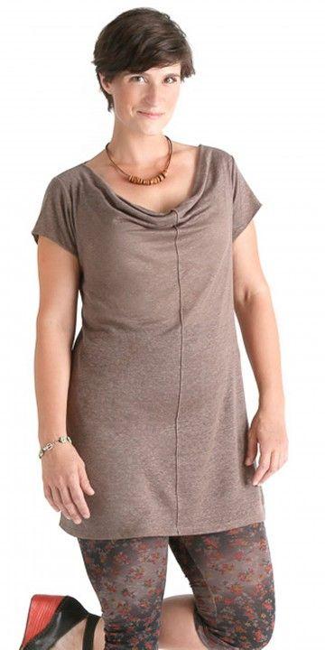 Tunique Marjolaïne 100% Lin Et Col Drapé, Tunique longue et confortable à manches courtes et au col baveux (drapé).  Idéale pour les journées chaudes d'été et pour la plage.  Se porte par dessus un maillot, une camisole ou une robe sans manches.  Tissus: Tricot de lin (100% lin)  Créé en Gaspésie, fabriqué au Québec, Canada  .