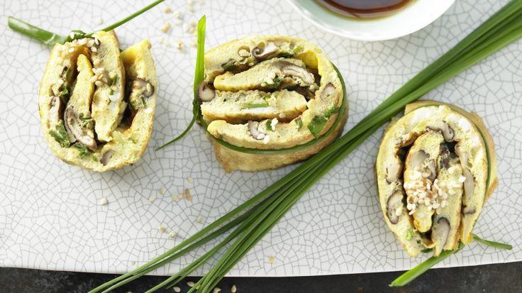 Würziger Snack für alle Tageszeiten und Gelegenheiten: Pilz-Omelett-Röllchen mit Shiitake und Sesam   http://eatsmarter.de/rezepte/pilz-omelett-roellchen