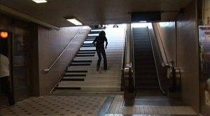 Ребята поставили перед собой задачу заставить людей выбирать ступеньки вместо эскалатора, и у них это получилось! Смотрите видео прикол онлайн