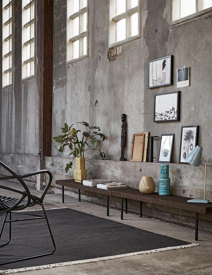 Bankjes met accessoires en kunst | sidetables with accessories and art | Bron: vtwonen 4-2016 | Styling Fietje Bruijn | Fotografie Alexander van Berge