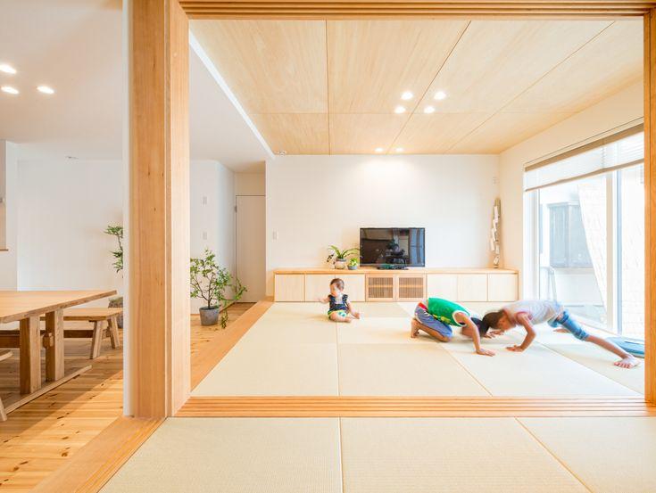 . 和室の続き間は、子供の遊び場に大活躍。 区切れるので急な来客にも対応できます。 #畳 #小上がり #和室 #和 #続き間 #引き戸 #区切り #リビング #ダイニング #半畳 #テレビ台 #造作#注文住宅新築 #設計士と直接話せる #設計士とつくる家 #コラボハウス #インテリア #愛媛 #香川 #自分らしい暮らし