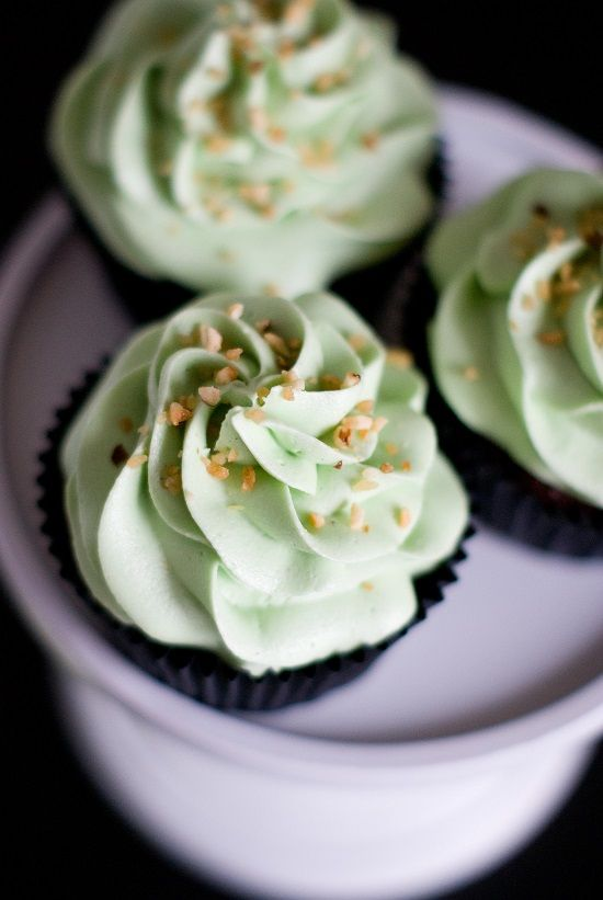 Cupcakes pistache et coeur de Nutella - For my daughter...she loves Nutella and pistachios... going to try these for her ~