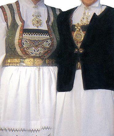 Samnanger, Hordaland - Livet til bunaden blir laget i grønn eller rød fløyel eller damask. Livet kantes med håndvevde rosebånd. Stakken lages i sort stoff og er dekorert med rader av sorte fløyelsbånd. Bringeklut og belte er gjerne perlebrodert. Skjorten og forkle er hvit. Hodeplagg og trøye brukes også til bunaden. Sando.no