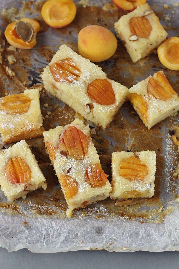 Prajitura pufoasa cu caise si iaurt, o prajitura cu o textura umeda datorita iaurtului. O reinterpretare a clasicului pandispan.