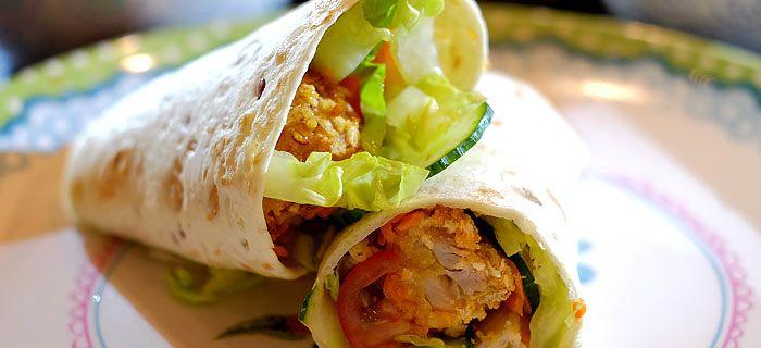 Deze makkelijke kipnugget wraps met sla, komkommer, wortel en chilisaus zet je snel op tafel. Het lekkere recept vind je hier.