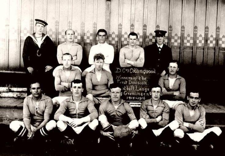 El equipo campeón, el Collingwood Eleven F.C. en el Englesh Camp liga 1915/1916. Central, en la última fila, con en el sweter blanco, destaca Arnold Birch, que más tarde sería portero del Sheffield Wednesday F.C.