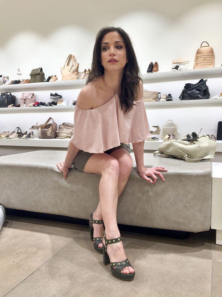 ΚΑΤΕΡΙΝΑ ΓΕΡΟΝΙΚΟΛΟΥ Katerina Geronikolou in Mourtzi shoes #mourtzi #sandals #actress #style