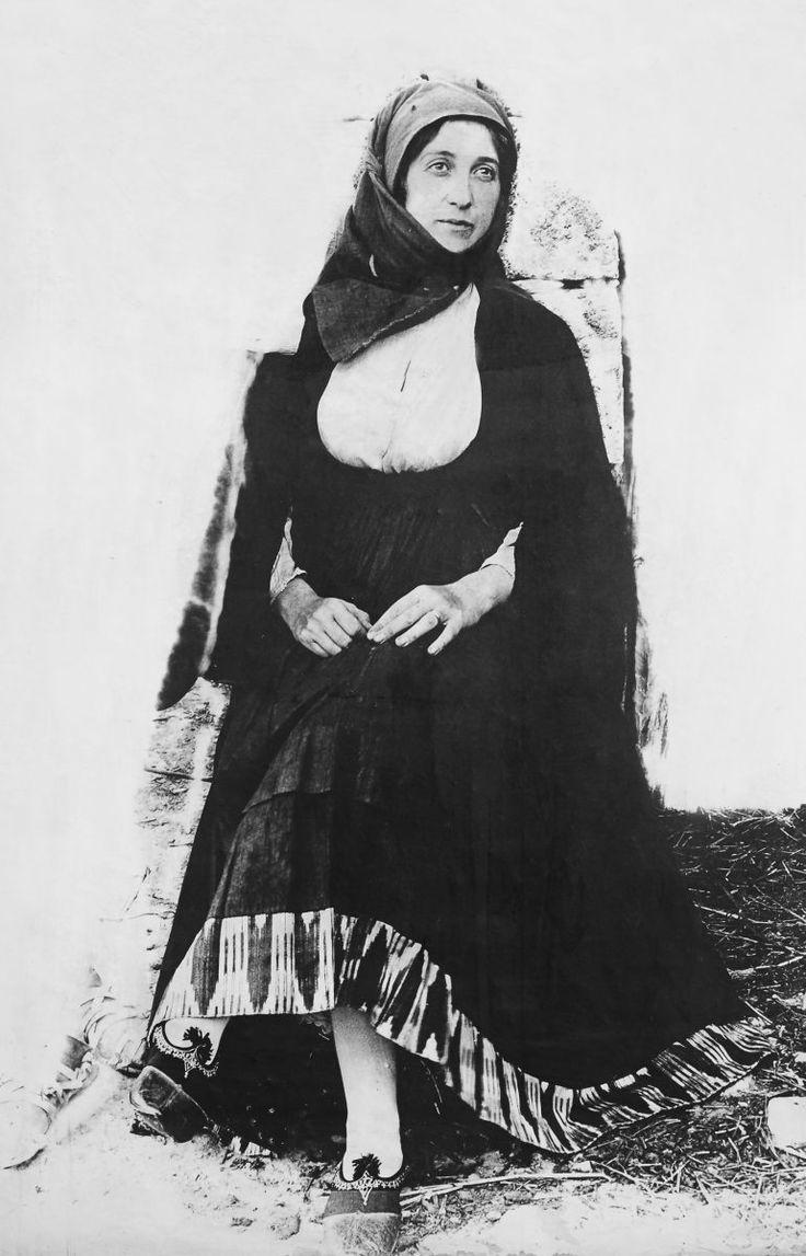 Η Αγγελική Χατζημιχάλη με Σκυριανή φορεσιά. Μουσείο «Αγγελική Χατζημιχάλη»