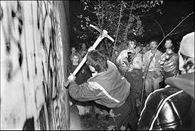 9 November 1989 werd de Berlijnse muur afgebroken. in mei 1989 werd bij Oostenrijk het ijzeren gordijn geopend. leiders van DDR vonden dat de grenzen open moesten.