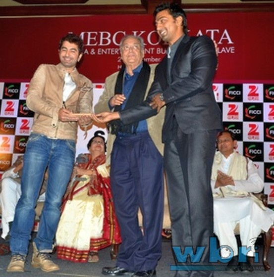 Tollywood Heroes DEV and JEET felicitating Soumitra Chatterjee  at FICCI Media and Business Conclave East: Photo Feature and report at http://www.washingtonbanglaradio.com/content/124592912-tollywood-celebs-ficci-media-and-business-conclave-east-excited-indian-bangladeshi