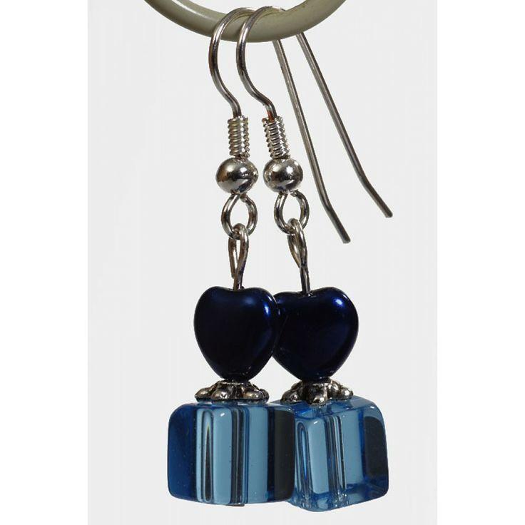 Oorbellen met blauwe hartjes en blauwe glaskraal - http://www.onlinejuwelenkopen.be/blauwe-oorbellen-met-blauw-hartje?search=blauw&page=3